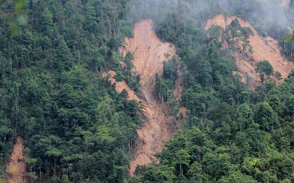 Đất đá từ những ngọn đồi cao ở Kháo Giống sạt lở sau trận lũ quét hôm 3/8