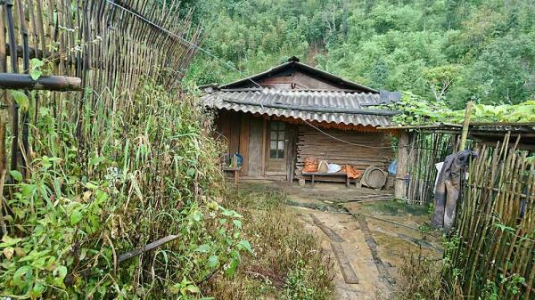 Nhiều căn nhà của bản Kháo Giống đóng kín để tập trung tìm con cái mất tích
