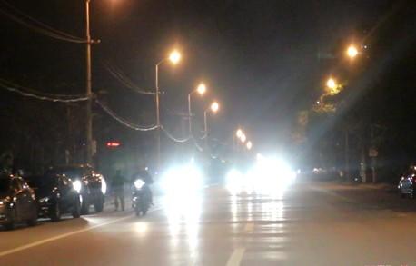 Nhiều phương tiện bật đèn pha trong khu đô thị ảnh hưởng tới nhiều phương tiện giao thông khác. Ảnh: Báo NA