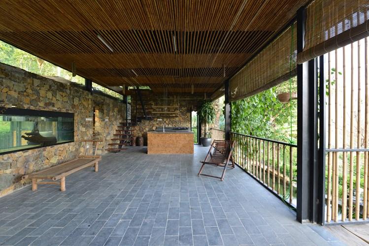 Nhà 2 tầng có tầng trệt là không gian của phòng khách, phòng bếp, ăn và phòng tắm.
