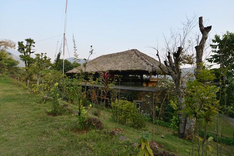 Cách Hà Nội 55km về hướng tây, ngôi nhà trên sườn đồi có độ dốc tới 45 độ là một thách thức lớn với nhóm kiến trúc sư.