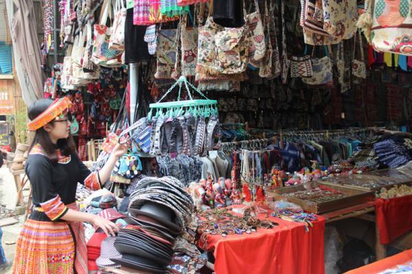 Khách du lịch lựa chọn đồ lưu niệm tại bản Pom Coọng, thị trấn Mai Châu, huyện Mai Châu.