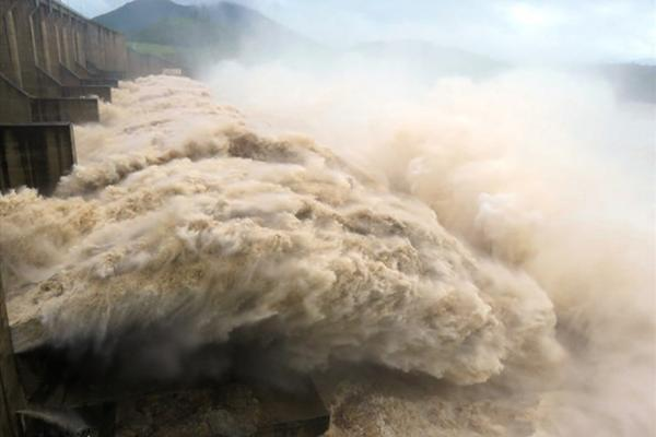 Hồ Hòa Bình mở cửa xả lũ để đảm bảo an toàn hồ chứa, Cục Phòng, chống thiên tai yêu cầu các địa phương sẵn sàng ứng phó với ngập lụt vùng hạ du. Ảnh: TL