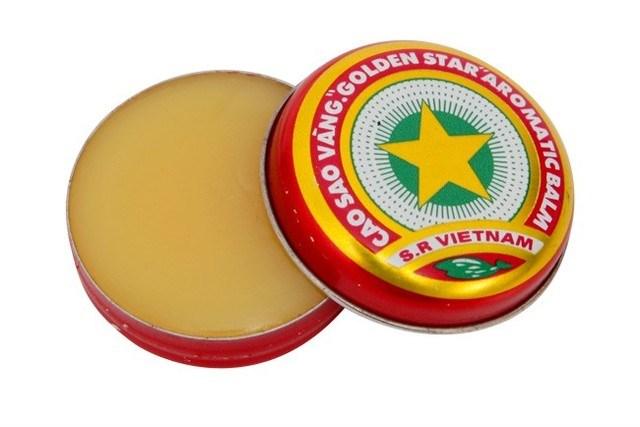Cao Sao Vàng là thương hiệu quen thuộc của mọi người dân Việt Nam từ những năm 90. Mùi hương của loại cao này rất đặc trưng và chắc hẳn còn in đậm trong kí ức của trẻ con thời đó.