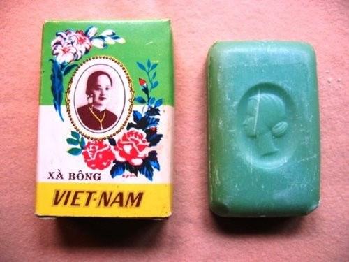 """Có một thời, xà bông, sữa tắm """"Cô Ba"""" là món mỹ phẩm không thể thiếu của các bà, các cô từ miền Đông Nam bộ đến miền Tây Nam bộ. Ông chủ của thương hiệu này là tỷ phú người Việt gốc Hoa Trương Văn Bền."""