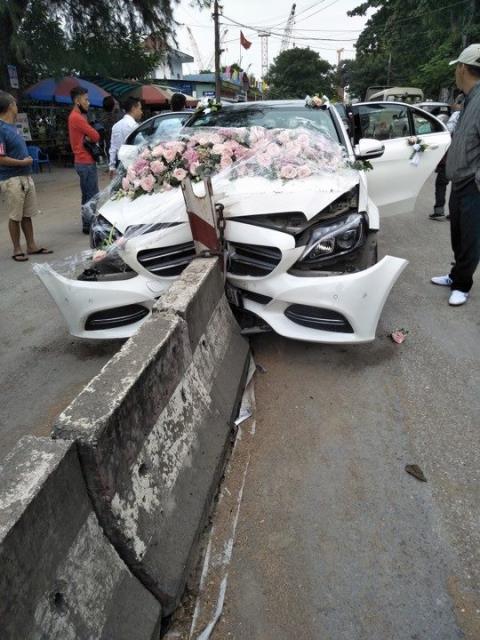 Chiếc Mercedes đi đón dâu đâm vào dải phân cách giữa đường.