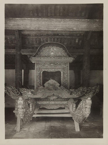 Chiếu kiệu gỗ trong đình làng Đình Bảng, Bắc Ninh. Ảnh: Paris.fr.