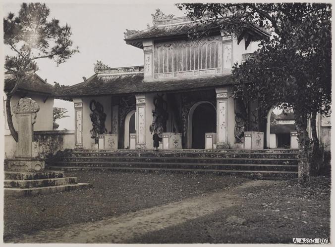 Cổng chùa Thiên Mụ ở Huế năm 1930. Ảnh: Paris.fr.