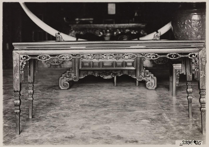 Đồ nội thất trong bảo tàng Khải Định ở Huế (nay là Bảo tàng Cổ vật Cung đình Huế). Ảnh: Paris.fr.