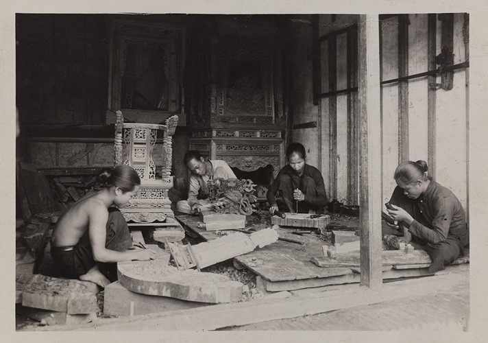Thợ chạm khắc gỗ ở Nam Định. Ảnh: Paris.fr.