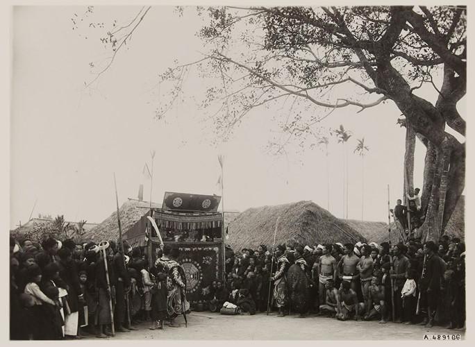 Múa rối trong lễ hội làng Bình Cách, tỉnh Thái Bình, 1928. Ảnh: Paris.fr. Mời quý độc giả xem video: Đẹp tuyệt vời Việt Nam dưới thước phim người nước ngoài