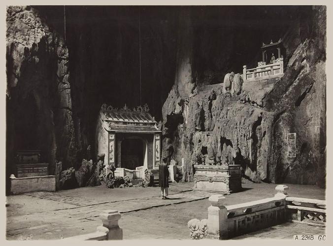 Động Huyền Không trên núi Thủy Sơn, danh thắng Ngũ Hành Sơn, Đà Nẵng, Việt Nam năm 1930. Ảnh: Paris.fr.