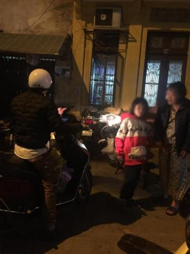 Đêm muộn, chị N. mới đưa được con trai về nhà sau khi đi bệnh viện và làm việc với cơ quan công an.