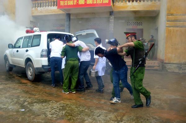 Lực lượng Công an huyện Tân Lạc thực hành diễn tập phòng - chống khủng bố, giải cứu con tin trong cuộc diễn tập KVPT, phòng - chống khủng bố huyện năm 2017.