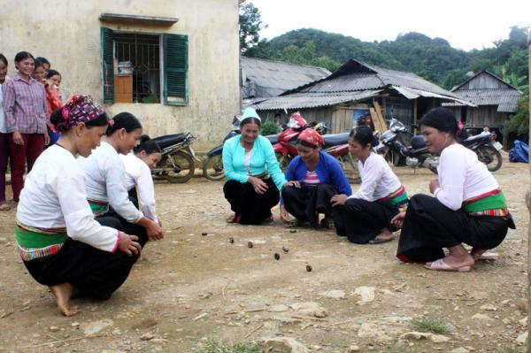 Trong nhịp sống hiện đại, những nét đẹp văn hóa truyền thống, trò chơi dân gian vẫn được người dân Tân Lạc giữ gìn, phát huy. Bà con xã Ngổ Luông thi đánh mảng mừng ngày Tết Độc lập năm 2017.