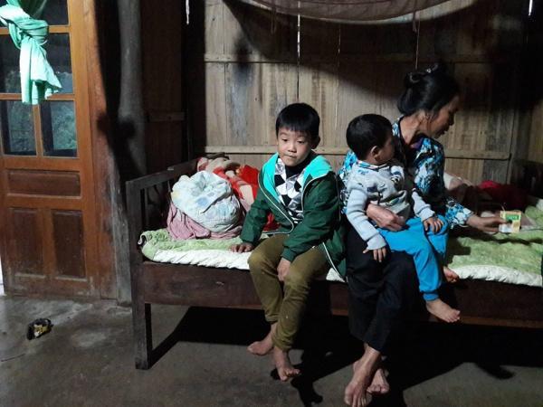 Bà Hương nén đau đớn, chăm sóc cho 2 đứa con còn quá ngây thơ của anh T.