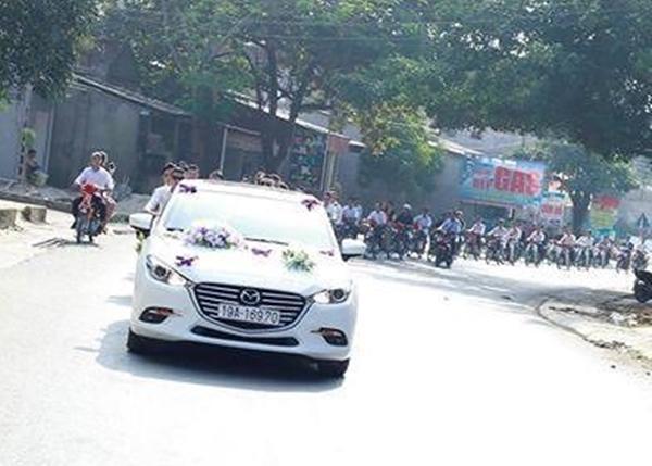 Cũng là rước dâu bằng xe máy, nhưng chú rể Hoàng Rim