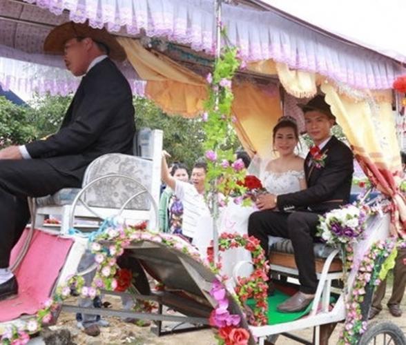 Cặp đôi Vũ Hữu Trung – Lê Thị Sâm đã có một đám cưới như quý tộc thời phong kiến với màn rước dâu bằng xe ngựa. Vốn dĩ khoảng cách giữa hai nhà khá ngắn, và