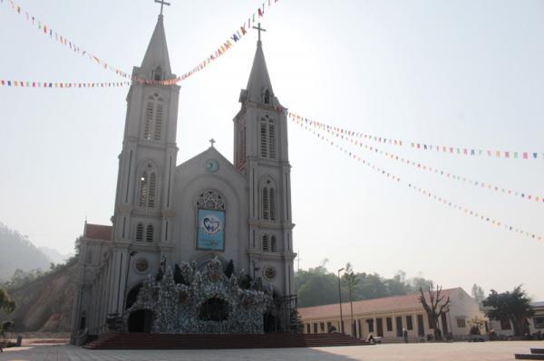 Nhà thờ Hòa Bình được trang trí tiểu cảnh, chăng đèn chuẩn bị đón ngày lễ Noel.