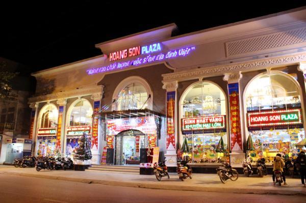 Trung tâm thương mại Hoàng Sơn Plaza được trang hoàng lộng lẫy bằng đèn, hoa rực rỡ.