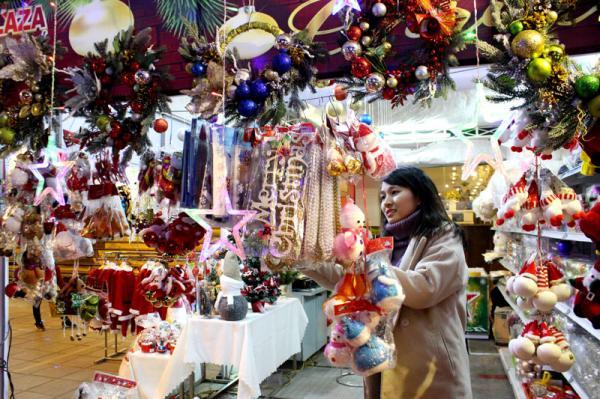 Các gian hàng bày bán đa dạng và phong phú đồ trang trí Giáng sinh.