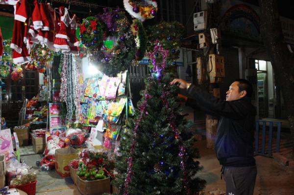 Chủ quầy hàng đồ lưu niệm phường Tân Thịnh, thành phố Hòa Bình trang trí cây thông Noel