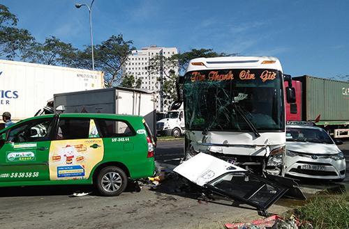 Tai nạn giao thông giữa xe container và xe buýt khiến hai người bị thương tại huyện Bình Chánh, TP HCM. Ảnh: Tin Tin