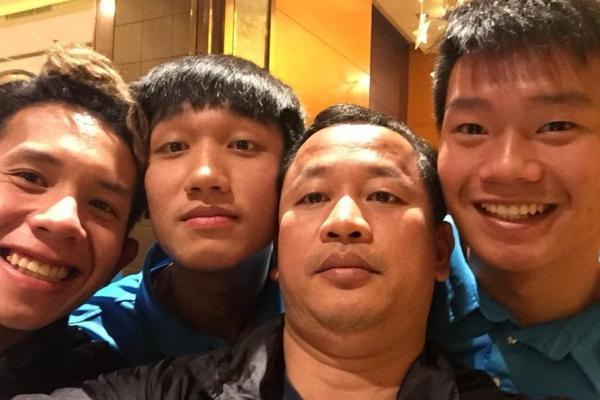 Trợ lý Lê Huy Khoa chụp ảnh cùng các cầu thủ. Ảnh: FBNV