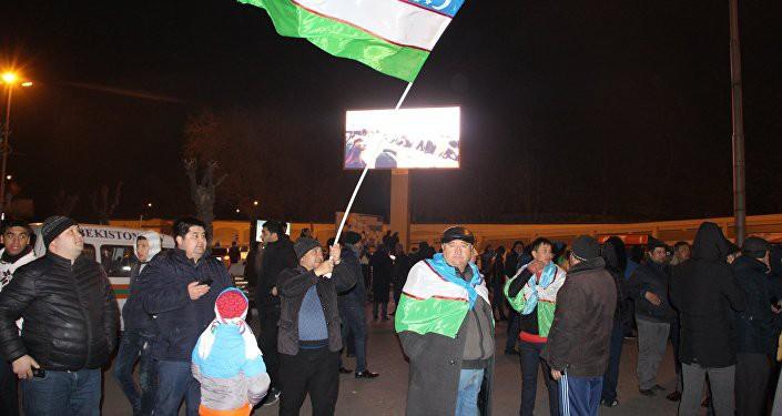 Màn hình tại sân bay chiếu lại trận chiến thắng của U23 Uzbekistan