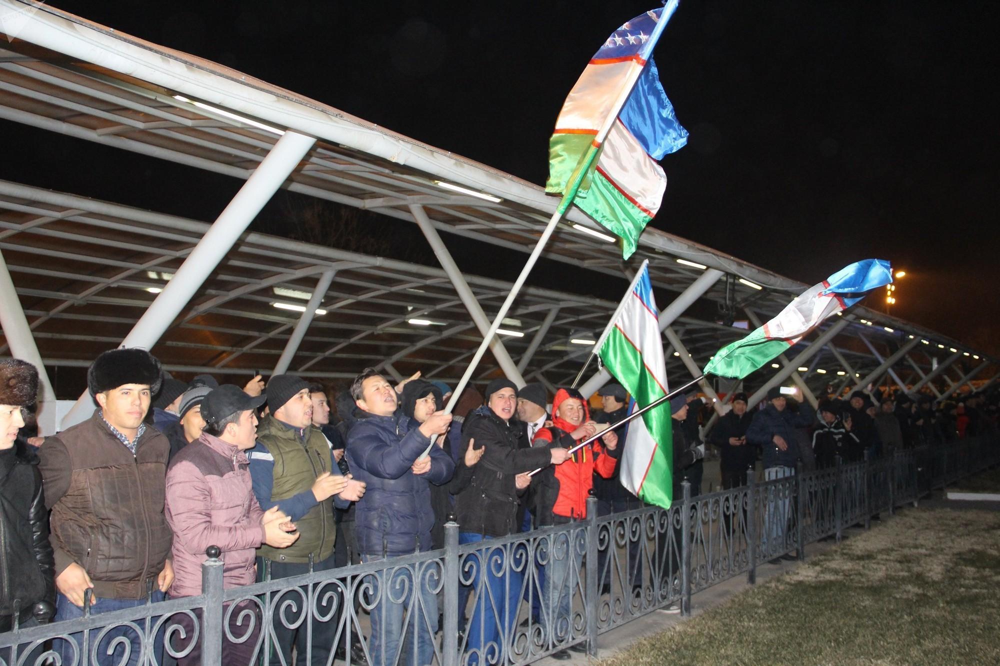 Người hâm mô vây kín sân bay để chúc mừng U23 Uzbekistan
