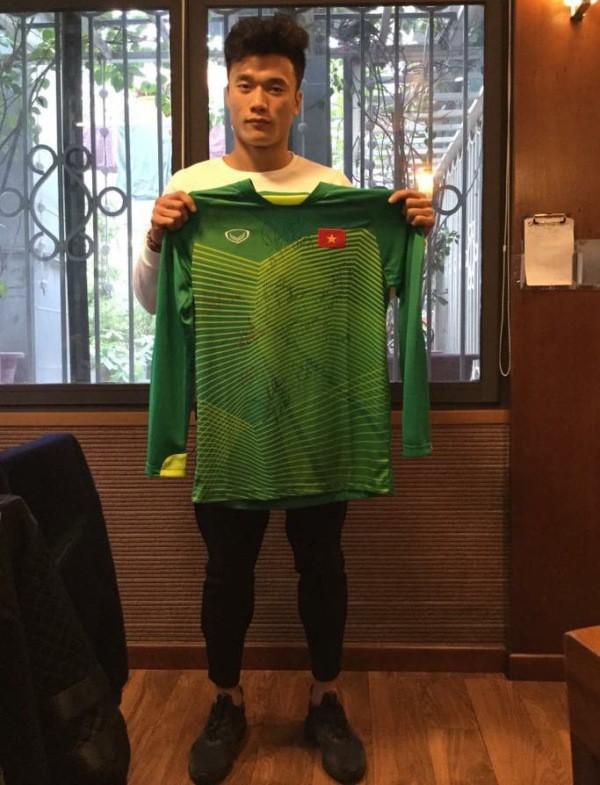 Thủ môn Bùi Tiến Dũng và chiếc áo có chữ ký của các cầu thủ U23