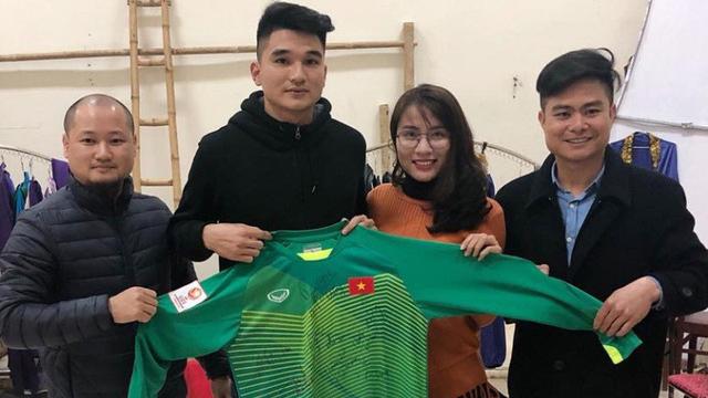 Cầu thủ Lê Văn Đại thay mặt Tiến Dũng trao áo thủ môn cho cá nhân đấu giá