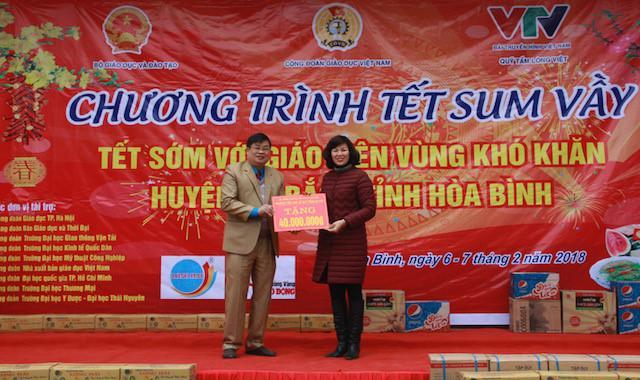 Đồng chí Lê Thị Thắm – Chủ tịch Công đoàn Tiểu học Lê Quý Đôn – HN trao quà cho đại diện Công đoàn Giáo dục tỉnh Hòa Bình