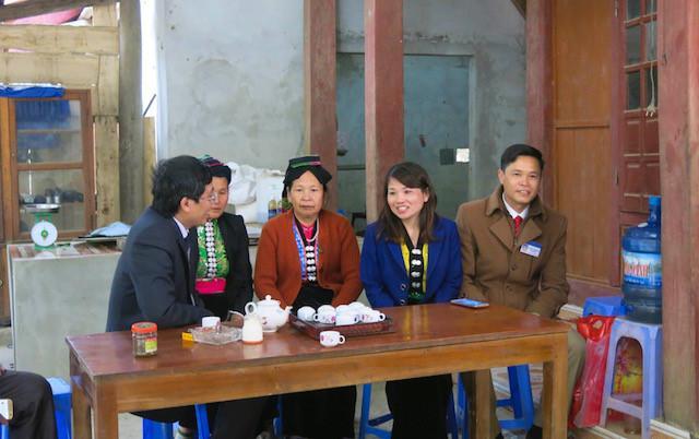 BTC tới thăm hỏi gia đình cô giáo Xa Thị Chiêng- trường tiểu học Tân Pheo