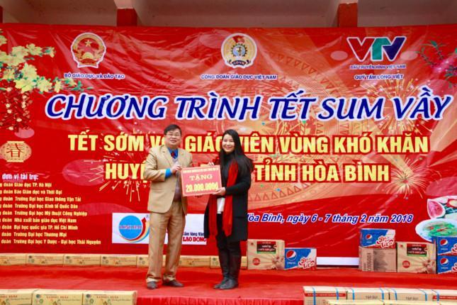 Bà Nguyễn Thị Cúc, Phó chủ tịch Công Đoàn Trường Đại học Giao thông Vận tải tặng quà cho các Thầy Cô huyện Đà Bắc- Hoà Bình