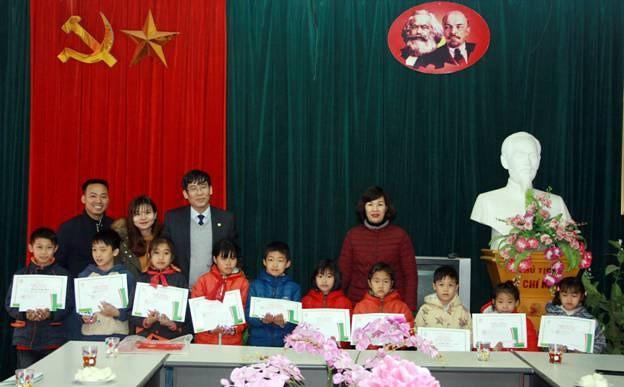 BTC đến thăm vào trao quà cho các thầy cô & học sinh trường Tiểu học Tân Pheo