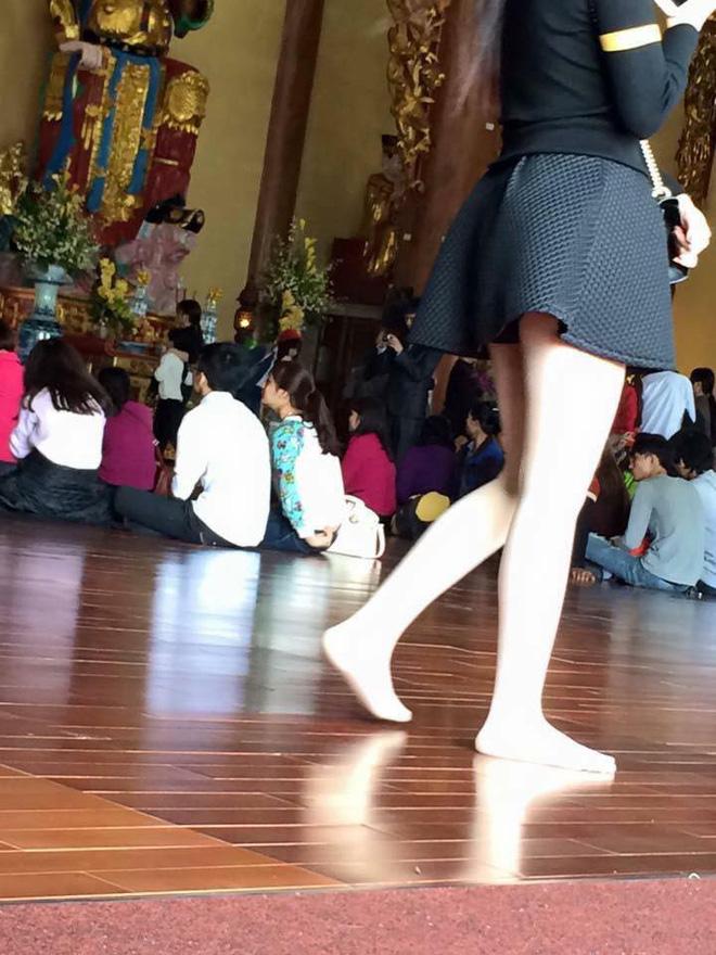 Cô nàng này còn mặc cả chiếc váy ngắn cũn đến chùa khiến nhiều người bức xúc - Ảnh: FB