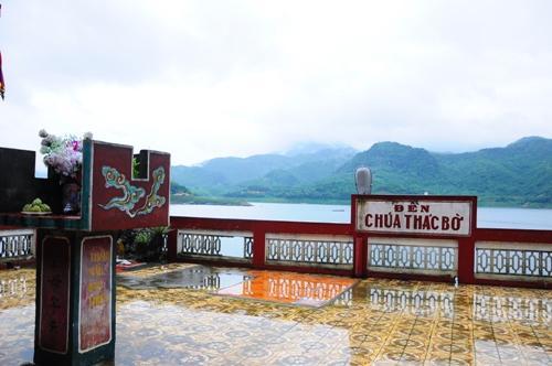 Đền thờ Chúa Thác Bờ có hướng nhìn ra hồ thơ mộng. Ảnh: Lam Linh
