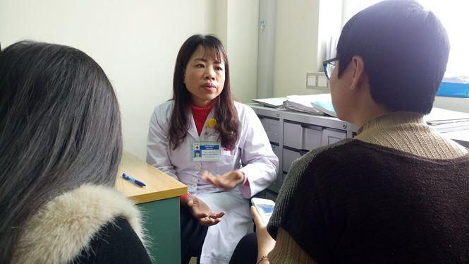 TS Y khoa, BS Phạm Thị Việt Hương, Phó trưởng Khoa Nhi, BV K Trung ương chia sẻ với phóng viên về bé A - bệnh nhi đặc biệt của mình. Ảnh: Phạm Đức Long