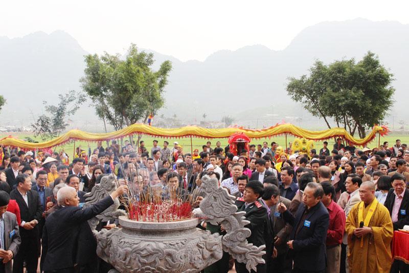Du khách thập phương đến chiêm bái Chùa Tiên (Lạc Thủy).