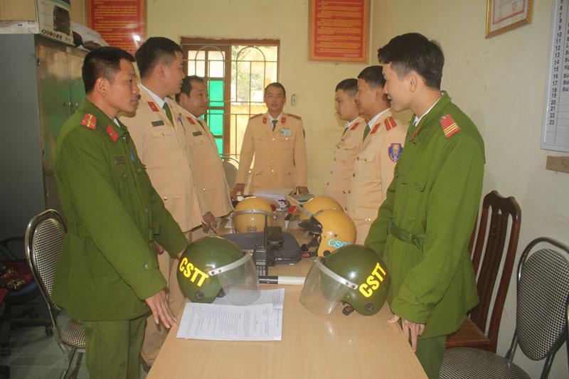 Đội Cảnh sát giao thông Công an huyện Kim Bôi chuẩn bị lên đường tuần tra, kiểm soát các tuyến giao thông trên địa bàn