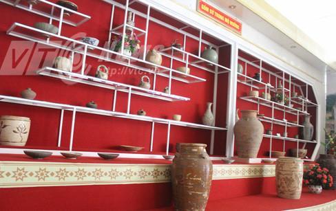 Cổ vật gốm, sứ thu được trong mộ đá, hiện trưng bày ở Bảo tàng Hòa Bình. Ảnh: VTC.