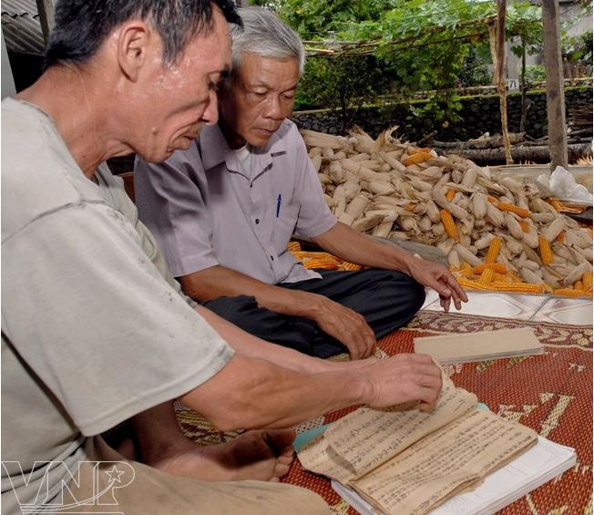 Ông Đinh Văn Dũng (ngoài cùng bên trái), hậu duệ đời thứ 21 của dòng họ Đinh,  người đang nắm giữ cuốn gia phả của dòng họ từng là tầng lớp quan lang ở xứ Mường Động, Hòa Bình. Ảnh: Trần Huấn (Báo ảnh Việt Nam).
