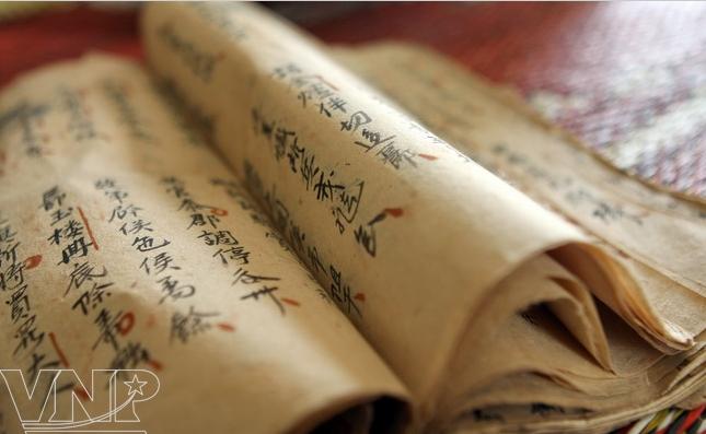 Cuốn gia phả được viết vào khoảng những năm đầu của thế kỉ XVIII. Ảnh: Trần Huấn (Báo ảnh Việt Nam).