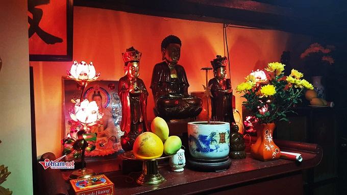 Ông Quế cho biết, 3 pho tượng Phật này có tuổi đời gần 300 năm. Bà nội ông Quế là một phật tử vì vậy bà đã dành 1 góc trang trọng ở tầng 2 làm nơi thờ phật và tụng kinh hàng ngày.