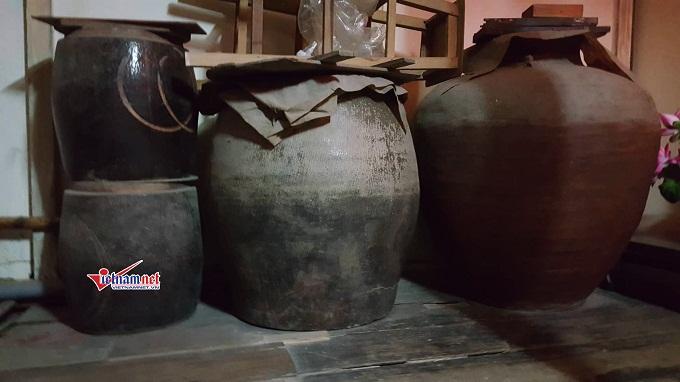 Những chiếc thạp và lu này được chủ nhân dùng để đựng thuốc bắc. Ông Quế cho hay, chúng có tuổi đời gần 100 năm.