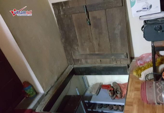 Trước đây, ngôi nhà này có 1 cầu thang gỗ dẫn lên tầng 2 nhưng khi phần diện tích đó không thuộc sở hữu của gia đình ông Quế nữa thì ông dùng lối phụ này để lên gác.