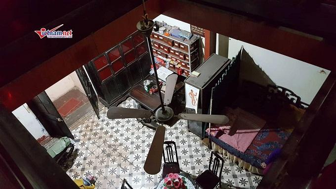 Gác 2 được dùng để chứa hàng hay kê giường ngủ nên có độ cao không quá 2,2m, sàn bằng gỗ. Nếu cần phát triển hơn nữa về diện tích để ở thì người Hà Nội xưa thường phát triển nhà theo chiều cao để thành những tầng nhà.