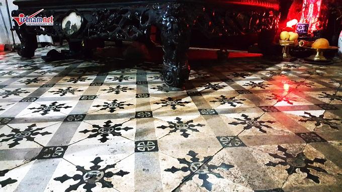 Sàn gạch đá hoa này được ông nội của ông Quế tiến hành lát lại vào năm 1932.