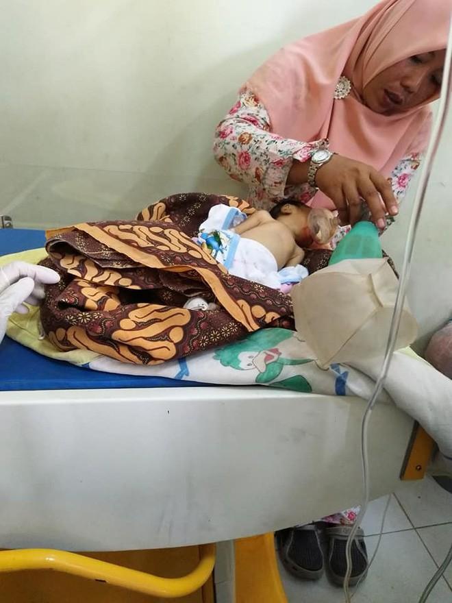 Những hình ảnh cuối cùng của em bé khi ở phòng cấp cứu (Nguồn: FB Lia).